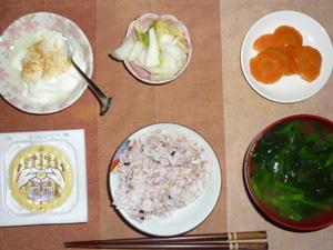 胚芽押麦入り五穀米,納豆,白菜の漬物,人参の煮物,ほうれん草とワカメのおみそ汁,甜菜糖入りヨーグルト
