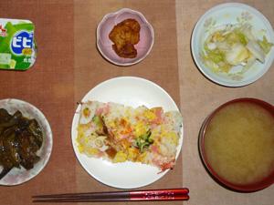 ちらし寿司,鶏の唐揚げ,茄子のみぞれ煮,白菜の漬物,ワカメと分葱のおみそ汁,ヨーグルト