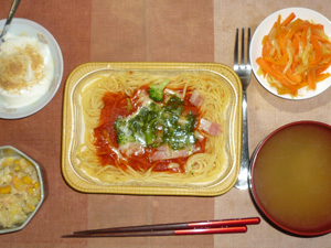 スパゲッティトマトバジルソース,コールスロー,人参と玉葱のソテー,ワカメのおみそ汁,甜菜糖入りヨーグルト