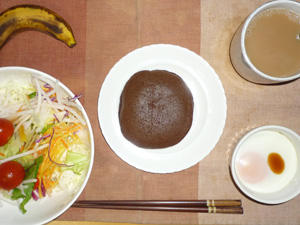 チョコパンケーキ,サラダ(キャベツ、レタス、大根、トマト)青紫蘇・オリーブオイル,目玉焼き(S),バナナ(S),コーヒー