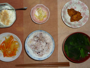 胚芽押麦入り五穀米,人参と玉葱のパスタ,鶏の唐揚げ×2,白菜の漬物,ほうれん草とワカメのおみそ汁,甜菜糖入りヨーグルト