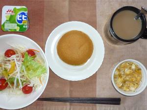 パンケーキ(チーズクリーム),サラダ(キャベツ、レタス、大根、トマト)青紫蘇・オリーブオイル,フライドオニオン入りスクランブルエッグ,ヨーグルト,コーヒー