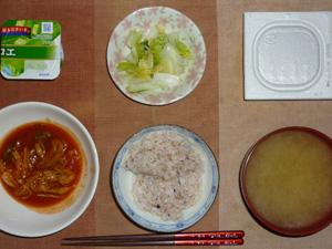 胚芽押麦入り五穀米,納豆,キャベツと玉葱のトマトソース煮込み,白菜の漬物,ワカメのおみそ汁,ヨーグルト