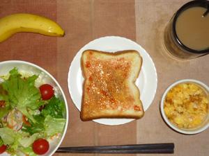 イチゴジャムトースト,サラダ(キャベツ、レタス、トマト),フライドオニオン入りスクランブルエッグ(S),バナナ(S),コーヒー
