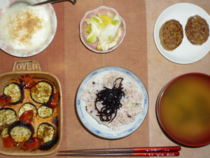 胚芽押麦入り五穀米,昆布の佃煮,ハンバーグ×2,茄子とトマトのオーブン焼き,白菜の漬物,ワカメと分葱のおみそ汁,甜菜糖かけのヨーグルト