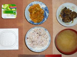 胚芽押麦入り五穀米,納豆,茄子と玉葱の炒め物,キャベツとトマトソースの煮込み,ワカメのおみそ汁,ヨーグルト