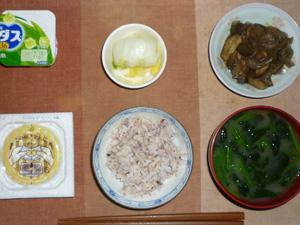 胚芽押麦入り五穀米,納豆,茄子とキャベツの甘辛炒め,白菜の漬物,ほうれん草とワカメのおみそ汁,ヨーグルト