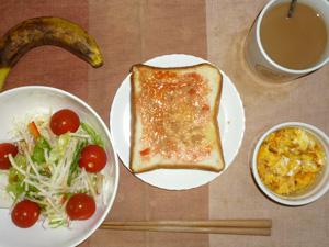 イチゴジャムトースト,サラダ(キャベツ、レタス、大根、トマト)青紫蘇・オリーブオイル,フライドオニオンチーズ入りスクランブルエッグ(S),バナナ(S),コーヒー