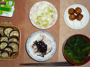 胚芽押麦入り五穀米,昆布の佃煮,つくね×2,茄子のオーブン焼き,白菜の漬物,ほうれん草とワカメのおみそ汁,ヨーグルト