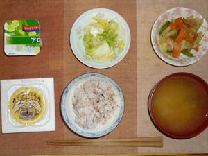 胚芽押麦入り五穀米,納豆,白菜の漬物,肉野菜炒め,ワカメとほうれん草のおみそ汁,ヨーグルト