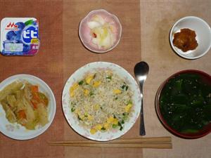 黒胡椒炒飯,肉野菜炒め,鶏の唐揚げ,白菜の漬物,ほうれん草とワカメのお味噌汁,ヨーグルト