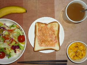 イチゴジャムトースト,サラダ(キャベツ、レタス、人参、トマト)青紫蘇・オリーブオイル,フライドオニオン・チーズ入りスクランブルエッグ,バナナ,コーヒー