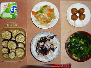 胚芽押麦入り五穀米,昆布の佃煮,肉野菜炒め,鶏つくね×2,茄子のオーブン焼き,分葱とワカメのおみそ汁,ヨーグルト