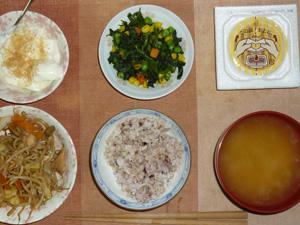 胚芽押麦入り五穀米,納豆,もやしの肉野菜炒め,ほうれん草とミックスベジタブルのソテー,ワカメと油揚げのおみそ汁,甜菜糖入りヨーグルト