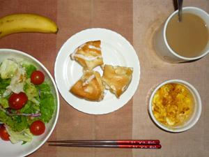 アップルリング,サラダ(キャベツ、レタス、トマト)青紫蘇・オリーブオイル,フライドオニオン入りスクランブルエッグ,バナナ,コーヒー