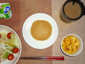 パンケーキ,サラダ(キャベツ、レタス、大根、トマト)おろし醤油・オリーブオイル,フライドオニオン入りスクランブルエッグ,ヨーグルト,コーヒー