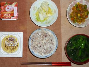 胚芽押麦入り五穀米,納豆,玉葱とミックスベジタブルのソテー,白菜の漬物,ほうれん草とワカメのおみそ汁,ヨーグルト
