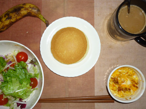 パンケーキ(メープルクリーム),サラダ(キャベツ、レタス、大根、人参、トマト)青紫蘇・オリーブオイル,フライドオニオン入りスクランブルエッグ,バナナ,コーヒー