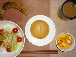 パンケーキ(メープルクリーム),サラダ(キャベツ、レタス、大根、トマト)おろし醤油・オリーブオイル,フライドオニオン入りスクランブルエッグ,バナナ,コーヒー