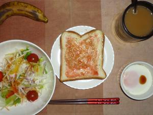 イチゴジャムトースト,サラダ(キャベツ、レタス、大根、トマト)おろし醤油・オリーブオイル,目玉焼き,バナナ