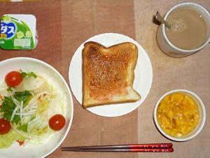 イチゴジャムトースト,サラダ(キャベツ、レタス、水菜、大根、トマト)おろし醤油・オリーブオイル,フライドオニオン入りスクランブルエッグ,ヨーグルト,コーヒー