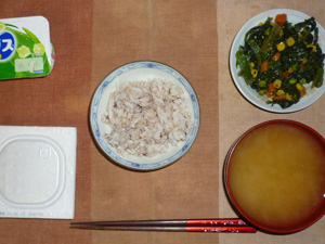 胚芽押麦入り五穀米,納豆,ほうれん草とミックスベジタブルのソテー,ワカメのおみそ汁,ヨーグルト