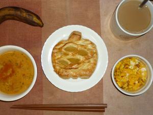 アップルパイ,トマトスープ,フライドオニオン入りスクランブルエッグ,バナナ,コーヒー