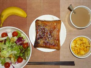 イチゴジャムトースト,サラダ(キャベツ、レタス,トマト)おろし醤油・オリーブオイル,フライドオニオン入りスクランブルエッグ,バナナ,コーヒー
