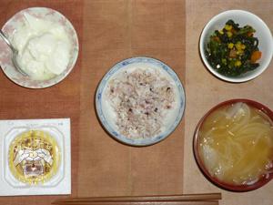 胚芽押麦入り五穀米,納豆,ほうれん草とミックスベジタブルのソテー,玉葱とワカメのおみそ汁,オリゴ糖入りヨーグルト