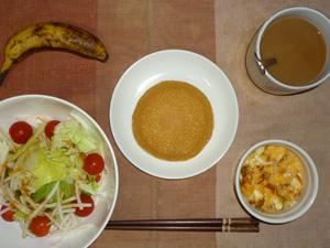 パンケーキ(チーズクリーム),サラダ(キャベツ、レタス、大根、トマト),フライドオニオン入りスクランブルエッグ,バナナ,コーヒー