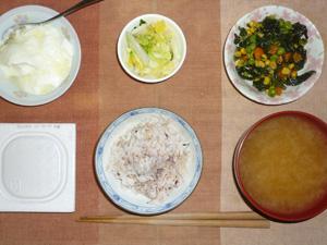 胚芽押麦入り五穀米,納豆,白菜の漬物,ほうれん草とミックスベジタブル,ワカメのおみそ汁,オリゴ糖入りヨーグルト