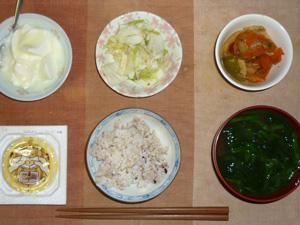 胚芽押麦入り五穀米,納豆,肉野菜炒め,白菜の漬物,ほうれん草とワカメのおみそ汁,オリゴ糖入りヨーグルト