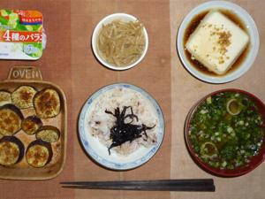 胚芽押麦入り五穀米,昆布の佃煮,温奴白胡麻添え,茄子のオーブン焼き,もやしのニンニク醤油炒め,分葱とワカメのおみそ汁,ヨーグルト