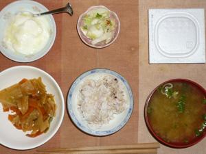 胚芽押麦入り五穀米,納豆,肉野菜炒め,白菜の漬物,分葱とワカメのおみそ汁,オリゴ糖入りヨーグルト