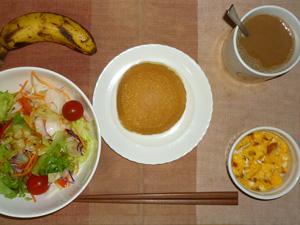 パンケーキ(チーズクリーム),サラダ(キャベツ、レタス、人参、トマト)おろし醤油・オリーブオイル,フライドオニオン入りスクランブルエッグ,バナナ,コーヒー