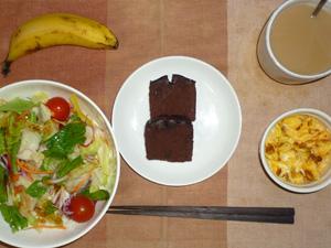 チョコパウンドケーキ×2,サラダ(キャベツ、レタス、パプリカ、トマト)おろし醤油・オリーブオイル,フライドオニオン入りスクランブルエッグ,バナナ,コーヒー