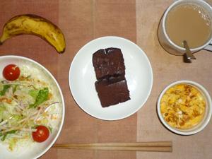 チョコパウンドケーキ×2,サラダ(キャベツ、レタス、大根、トマト)おろし醤油・オリーブオイル,フライドオニオン入りスクランブルエッグ,バナナ,コーヒー