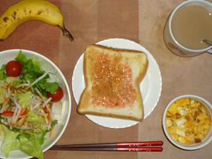 イチゴジャムトースト,サラダ(キャベツ、レタス、大根、トマト),フライドオニオン入りスクランブルエッグ,バナナ,コーヒー