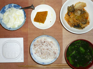 胚芽押麦入り五穀米,納豆,肉野菜のトマト煮込み,カボチャの煮物,ほうれん草とワカメのおみそ汁,オリゴ糖入りヨーグルト