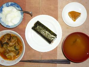 納豆巻き,大豆肉と野菜のトマト煮込み,カボチャの煮物,玉葱とワカメのおみそ汁,オリゴ糖入りヨーグルト