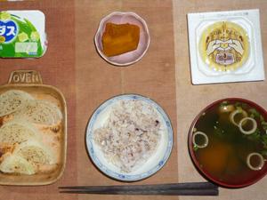 胚芽押麦入り五穀米,納豆,玉葱のオーブン焼き,カボチャの煮物,ワカメとほうれん草のおみそ汁,ヨーグルト