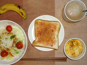 イチゴジャムトースト,サラダ(キャベツ、レタス、大根、トマト)おろし醤油・オリーブオイル,フライドオニオン入りスクランブルエッグ,バナナ,コーヒー