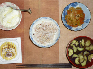 胚芽押麦入り五穀米,納豆,肉野菜炒め,茄子とワカメのおみそ汁,オリゴ糖入りヨーグルト