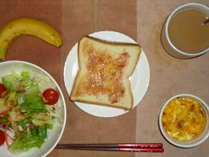 イチゴジャムトースト,サラダ(キャベツ、レタス、人参、トマト)おろし醤油・オリーブオイル,フライドオニオン入りスクランブルエッグ,バナナ,コーヒー