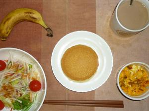 パンケーキ(チーズクリーム),サラダ(キャベツ、レタス、水菜、大根、トマト)おろし醤油・オリーブオイル,フライドオニオン入りスクランブルエッグ,バナナ,コーヒー