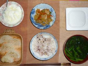 胚芽押麦入り五穀米,納豆,玉葱のオーブン焼き,肉野菜炒め,ほうれん草とワカメのおみそ汁,オリゴ糖入りヨーグルト