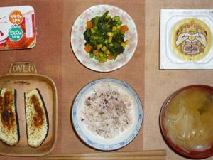 胚芽押麦入り五穀米,納豆,ほうれん草とミックスベジタブルのソテー,茄子のオーブン焼き,玉葱とワカメのおみそ汁,ヨーグルト