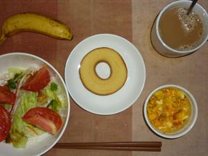 バウムクーヘン,サラダ(キャベツ、レタス、大根、トマト)おろし醤油・オリーブオイル,フライドオニオン入りスクランブルエッグ,バナナ,コーヒー