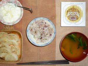 胚芽押麦入り五穀米,納豆,玉葱のオーブン焼き,ほうれん草と人参のおみそ汁,ヨーグルト