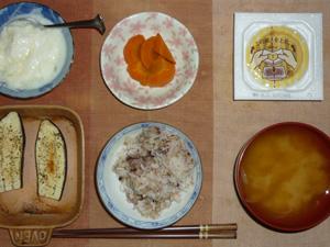 胚芽押麦入り五穀米,納豆,茄子のオーブン焼き,人参の煮物,ワカメのおみそ汁,オリゴ糖入りヨーグルト